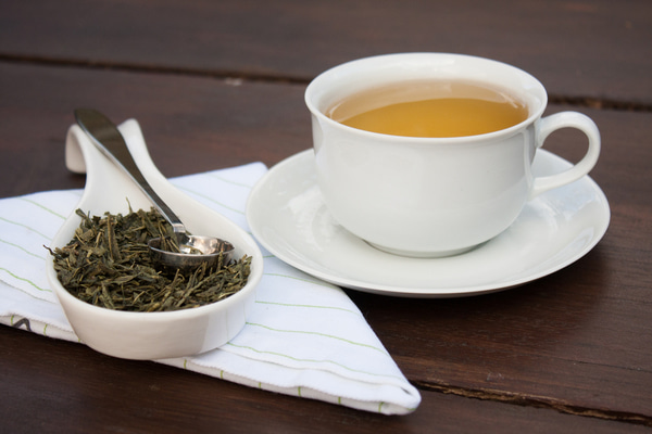 Dry Camellia sinensis leaves and tea